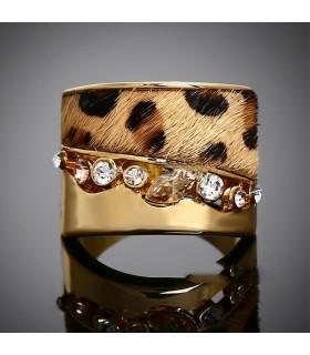Anello di oro e pietre pelliccia abbellito