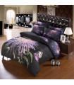 Fond noir et draps de lit de fleurs pourpres