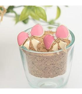 Schöne Ohrringe in Form einer rosa Schleife