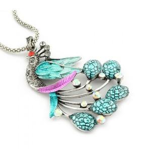 Modische Halskette mit farbigen Pfau