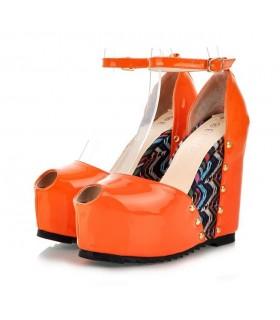 Modische Sandale mit Keilabsatz