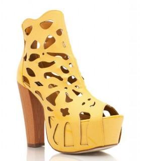 Gelber High Heel mit Ausschnitten