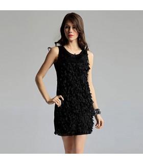 Blütenblatt verziertes schwarzes Kleid