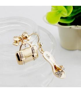 Goldene Ohrringe als Tasche und Schuh