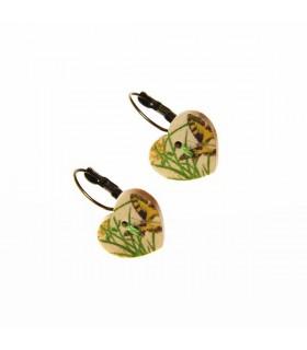 Boucles d'oreille du cœur de bois avec le papillon
