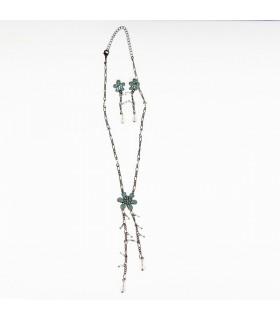 Grüne Blume und Perlen gesetzt