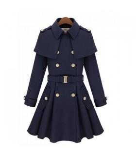 Blauer Mantel im Militarstil