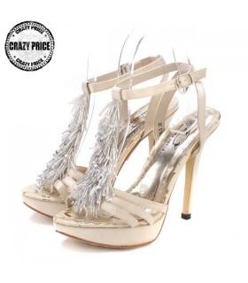 Goldene Mode verschönert Perlen Sandalen