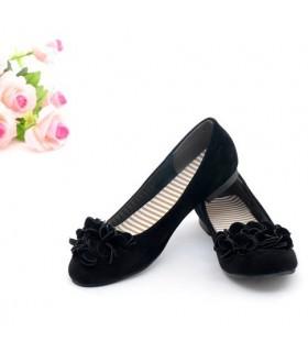 Süße schwarze Ballerinas mit einer Blume