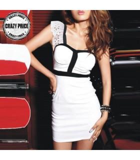Weißes Kleid mit Büstenhalterauflagen