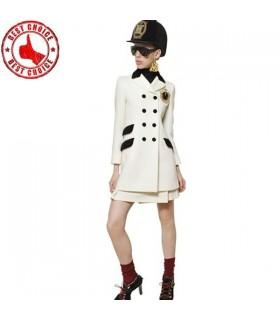 Trendige Mode, die langen weißen Mantel