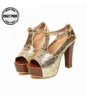Goldene Sandale mit Spitze